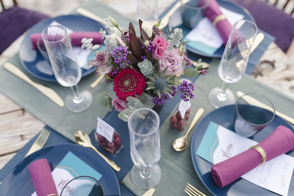 Edelmaritime Tischdekoration für eure Hochzeit in beere, petrol und rauchblau.
