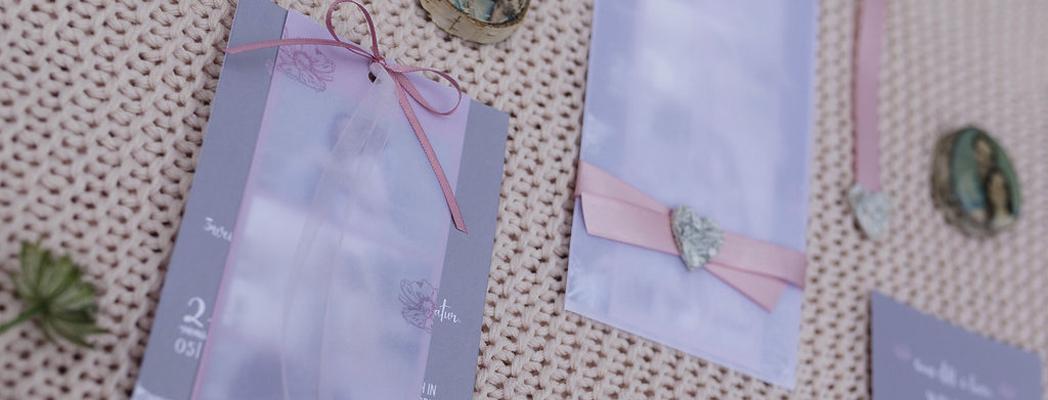 Individuelle Papeterie Einladung grau mit Transpaerentpapier rosa Schleife